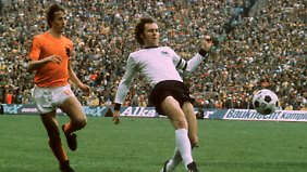 """""""Er war der bessere Spieler, aber ich bin Weltmeister geworden"""", sagte Franz Beckenbauer über Johan Cruyff. Hier beide in Aktion beim WM-Finale 1974, Deutschland gegen die Niederlande in München."""