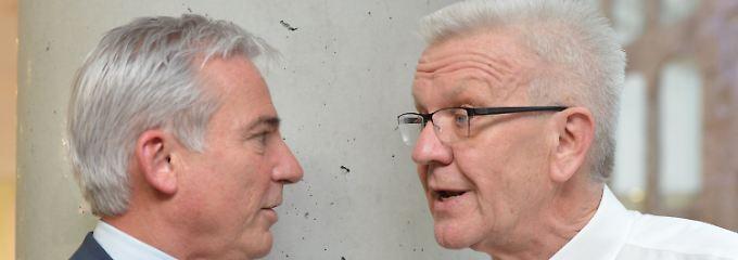Strobl (l.) und Kretschmann unterhalten sich nach dem Sondierungsgespräch.