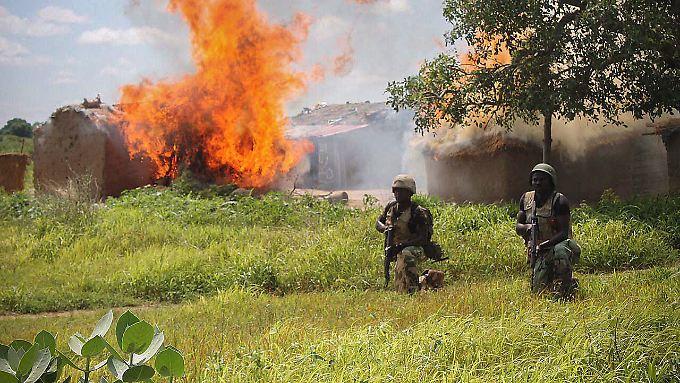 Soldaten der nigerianischen Armee bei einem Einsatz in einem Boko-Haram-Lager.