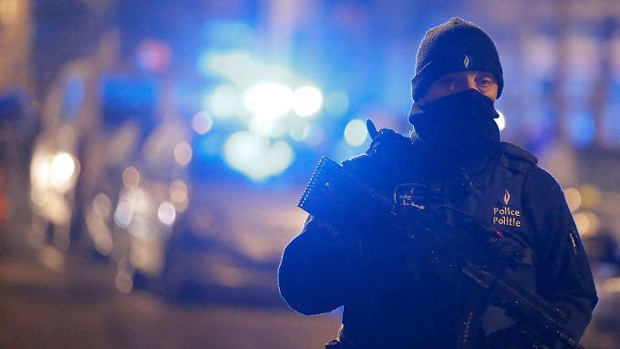 Ein belgischer Polizist am Rande einer Razzia in Schaerbeek.