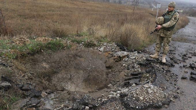 Die Krise zwischen der Ukraine und Russland hält an, das zeigt der frische Raketenkrater auf ukrainischem Gebiet.