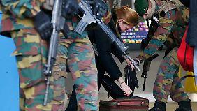 Die Lage ist nach wie vor angespannt: Das Gepäck einer Frau wird an einer Brüsseler U-Bahn-Station durchsucht.