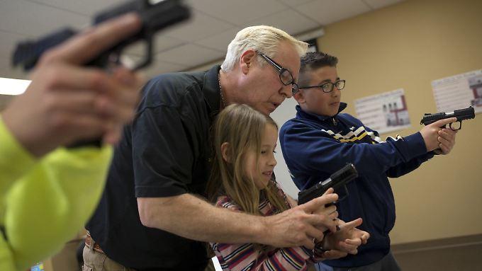 Schießübungen mit Kindern - für Waffenlobbyisten ein Weg zu mehr Sicherheit.