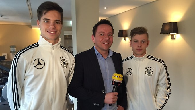 n-tv-Reporter Timo Latsch traf die beiden Youngster Julian Weigl (l.) und Max Meyer (r.) zum Interview.