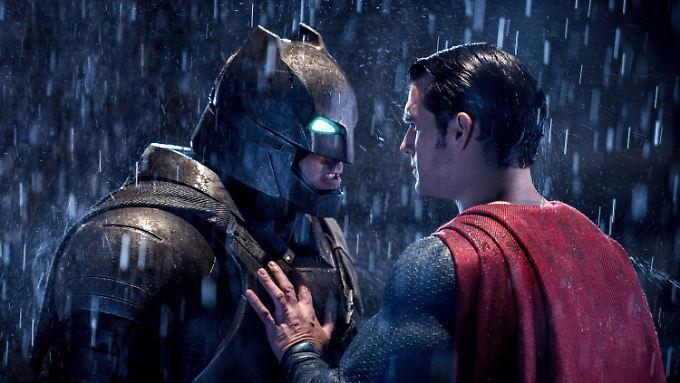 Batman zweifelt an den Absichten von Superman mit seinen übermenschlichen Kräften.