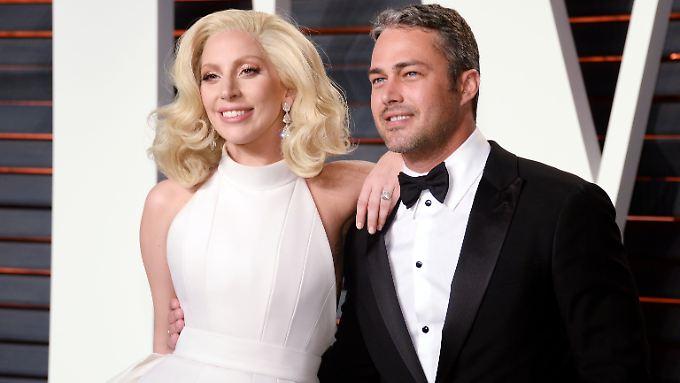 Bei einer Oscar-Party vor etwa einem Monat zeigten sich Lady Gaga und Taylor Kinney schwer verliebt.