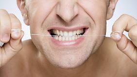 Der Gebrauch von Zahnseide kann am Anfang etwas anstrengend sein.