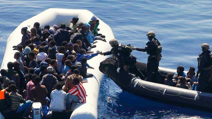 Auch die Bundeswehr rettete dieser Tage über 100 Menschen aus dem Mittelmeer.