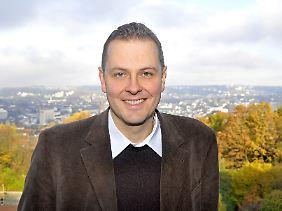 Michael Butter ist Professor für Amerikanistik an der Universität Tübingen und beschäftigt sich vor allem mit US-amerikanischen Verschwörungstheorien.