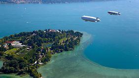 Zwei Zeppeline auf Bodensee-Rundflug, hier über der Insel Mainau.
