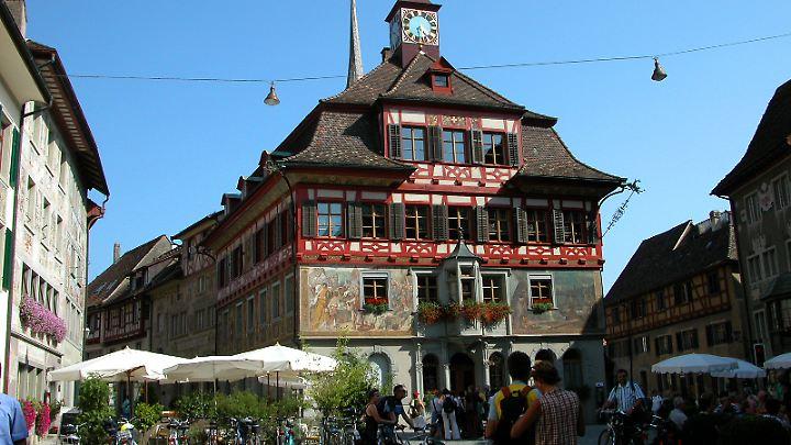 Besonders im Sommer drängen sich die Radlergruppen durch die engen Gassen von Stein am Rhein.