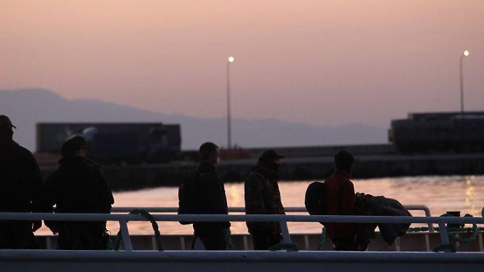 Im Morgengrauen sind die ersten Flüchtlinge in Griechenland an Bord einer Fähre gegangen.