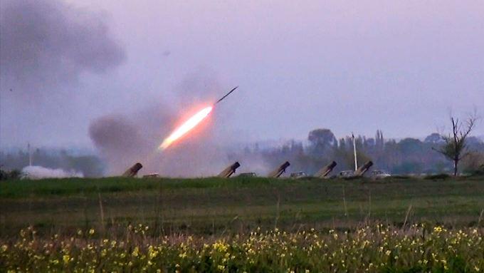 Drei aserbaidschanische Soldaten kamen bei Raketen- und Mörserbeschuss ums Leben.