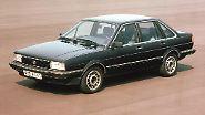 """Auf neue Wege in höhere Gefilde begibt sich Volkswagen erst wieder im Jahr 1981. Es kommt der vom VW Passat abgeleitete Santana - er wird als """"große klassische Reiselimousine wie es sie von Volkswagen bis heute noch nicht gegeben hat"""" angekündigt. Der Santana wird als neues Spitzenmodell vorgestellt und ist eine viertürige Stufenheck-Limousine. Neben dem Stufenheck-Kofferraum unterscheidet er sich durch eine andere Front, zusätzliche Chromornamente und eine ausgesuchte Innenausstattung."""