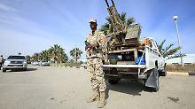 Auch die massive Präsenz von Polizei- und Armeeeinheiten der Einheitsregierung zwangen die Islamisten zur Aufgabe.