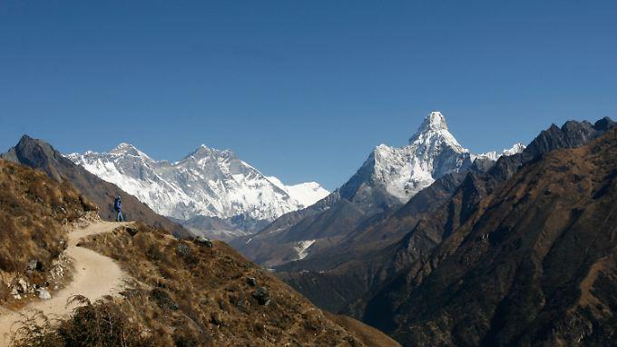 Trekkintouren im Himalaya: Hier der Ausblick von den Hügeln bei Syangboche auf den Mount Everest im Osten Nepals.
