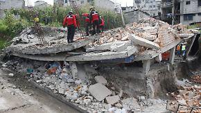 Unübersichtliche Lage nach Erdbeben: Retter bergen in Ecuador Überlebende aus den Trümmern