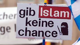 Merkel betont Religionsfreiheit: AfD hält Islam mit Grundgesetz nicht vereinbar