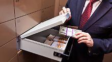 Ein kleineres Schließfach kostet pro Jahr ab etwa 30 Euro, größere Tresore kosten bis zu 730 Euro pro Jahr.