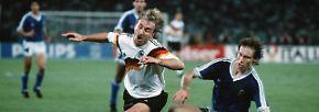 26 Jahre später ist es erneut eine Schwalbe, die den deutschen Sommer macht. Im WM-Finale 1990 lässt sich Rudi Völler fünf Minuten vor Schluss gekonnt im Strafraum von Diego Maradonas Argentiniern fallen.