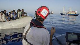 """Die """"Sea-Watch"""" hält einige Hundert Meter Abstand zu den Flüchtlingsbooten, damit die Menschen nicht vor Freude ins Wasser springen, um an Bord zu klettern."""