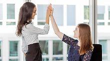 Motivierte Mitarbeiter bringen Top-Leistungen. Damit das gelingt, sollten Teamleiter auf bestimmte Punkte zur Erhaltung der intrinsischen Motivation achten.