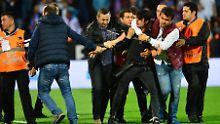 + Fußball, Transfers, Gerüchte +: Zuschauer schlägt auf Torraumrichter ein