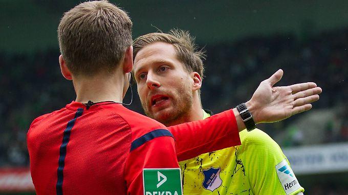 Durchaus erbost: Hoffenheims Torhüter Oliver Baumann diskutiert mit dem Linienrichter.