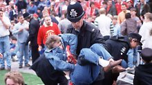 Ein Polizist trägt einen Liverpool-Fan in den Innenraum des Hillsborough-Stadions. Für 96 Fans aus dem überfüllten Block aber kam jede Hilfe zu spät.