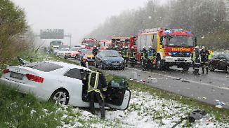 Viele bereits auf Sommerreifen umgestiegen: Wintereinbruch führt zu zahlreichen Unfällen