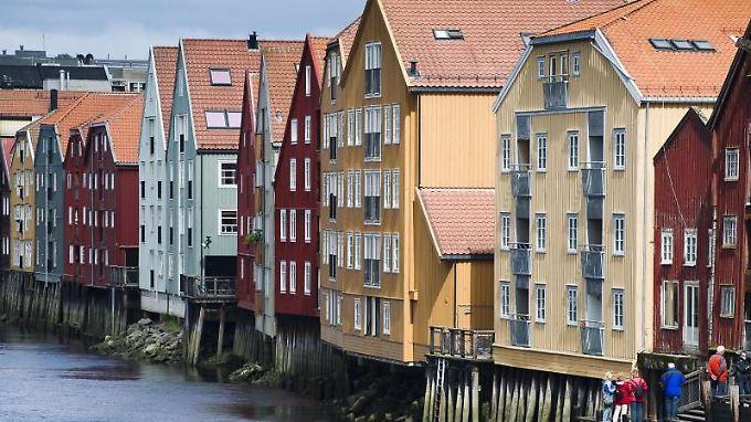Am Nidelva in Trondheim stehen bunte Lagerhäuser.
