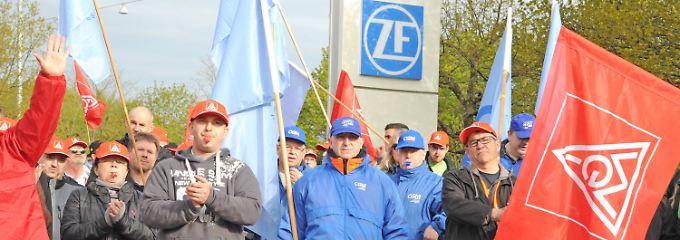 Streikende Arbeiter bei ZF in Saarbrücken.