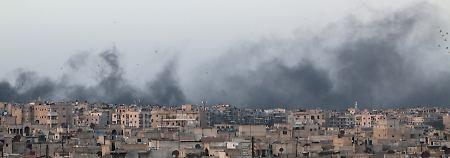 Rauch über Aleppo - seit fünf Jahren ist die Stadt umkämpft, nun droht eine weitere Großoffensive.