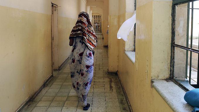 Eine Frau läuft durch die Gänge des Flüchtlingslagers Lyster Barracks auf Malta.