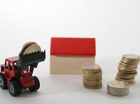 Wer das Haus seiner Eltern erbt und dort einziehen möchte, muss keine Erbschaftssteuer zahlen. Dies gilt jedoch nur, wenn das Gebäude nicht durch einen Neubau ersetzt wird.