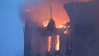 Zehntausende fliehen vor Waldbrand: Teile von Fort McMurray stehen bereits in Flammen