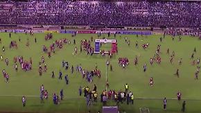 Platzsturm nach Fußballspiel: Brasilianische Kicker und Fans prügeln im Stadion aufeinander ein