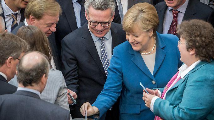 Marokko, Algerien und Tunesien sollen als sicher gelten: Innenminister de Maizière und Kanzlerin Merkel bei der namentlichen Abstimmung im Bundestag.