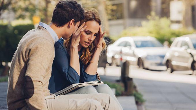 Eine Migräneattacke kann sich mit Sehstörungen oder Taubheit ankündigen. 10 bis 15 Prozent der Deutschen leiden an Migräne, Frauen viel häufiger als Männer.