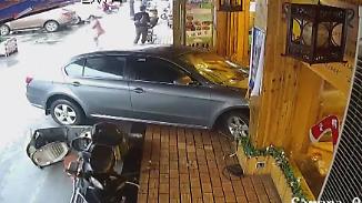 Gas und Bremse verwechselt: Autofahrerin rast in Shanghaier Restaurant