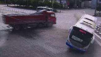 Von Lkw gerammt: Bus gerät ins Schleudern und kippt auf die Seite