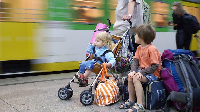 Gefährlicher Bahnsteig. Bei einer Neigung von mehr als 2,5 Promille gerät alles, was Rollen hat, in Fahrt.