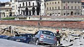 Maroder Asphalt in Florenz: Straße sackt ab und nimmt Autos mit
