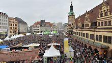 Leipzigs gute Stube, der Markplatz, ist zur Eröffnungsfeier gut besucht.