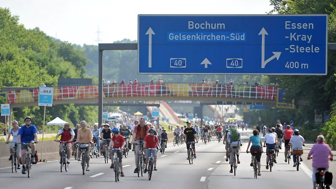 """Günstige Gelegenheit für die Wissenschaftler: Die Autobahn 40 wurde im Rahmen der Aktion """"Still-Leben Ruhrschnellweg"""" am 18. Juli 2010 zwischen Duisburg und Dortmund für den Kraftfahrverkehr gesperrt."""