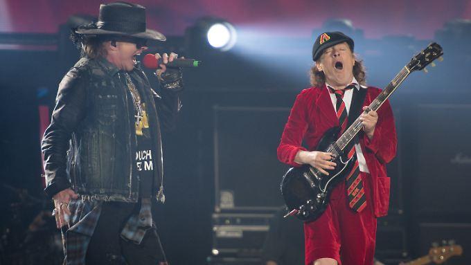 AC/Roses sozusagen: Axl Rose und Angus Young am Donnerstagabend beim gemeinsamen Auftritt in Hamburg.