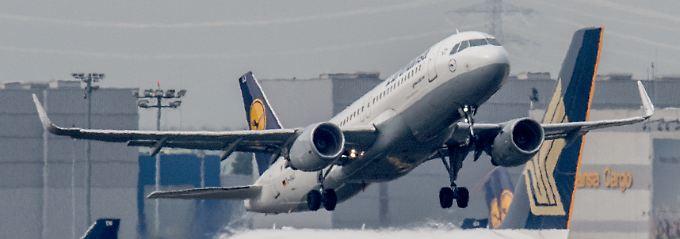 Eine Lufthansa-Maschine hebt in Frankfurt ab.