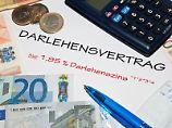 Fußnoten und Fallstricke beim Kreditvertrag: Auch eine neue EU-Richtlinie erspart vor dem Darlehensabschluss nicht das genaue Rechnen.