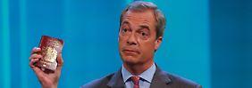 """Der bezaubernde Herr Juncker"": Nigel Farage zückt seinen Pass"