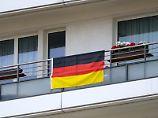 Gleiches Deko-Recht für alle: Erlaubt der Vermieter einem Mieter, zur EM eine Deutschlandfahne am Balkon aufzuhängen, darf er das anderen Mietern nicht verbieten.